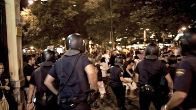 """Cerca de un millar de """"indignados"""" que se concentraban frente a la sede en Madrid del ministerio del Interior han sido disueltos a la fuerza por la policía."""