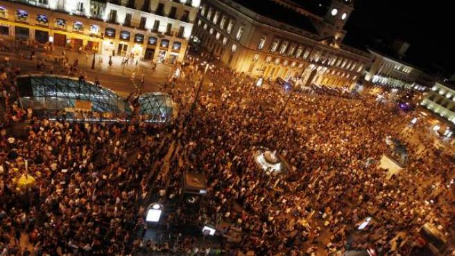 Vista aérea de la Puerta del Sol llena de tras la llegada de la marcha de indignados desde la Puerta del sol.