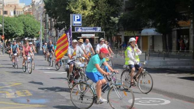 Marcha De Ciclistas Por Una De Las Llamadas 'Ciclocalles'