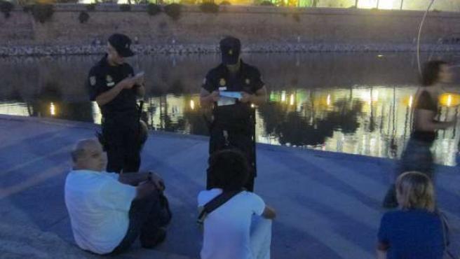 Dos Agentes De La Policía Nacional Identifican A Dos Personas