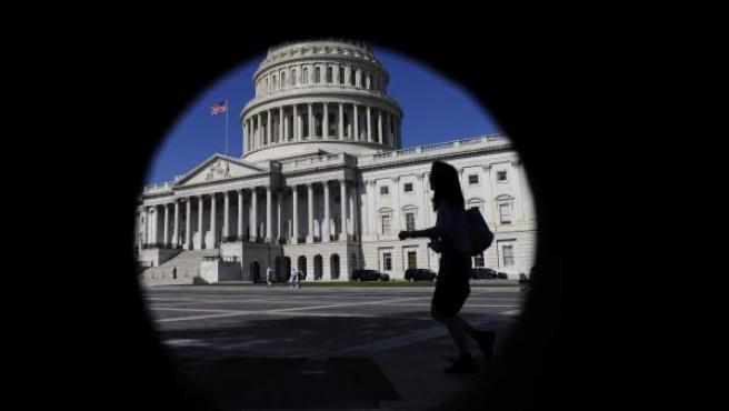 Una mujer camina por las inmediaciones del Capitolio de EE UU, en Washington.