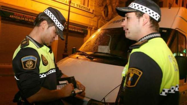 Dos agentes de la Policía Local de Sevilla, en una imagen de archivo.