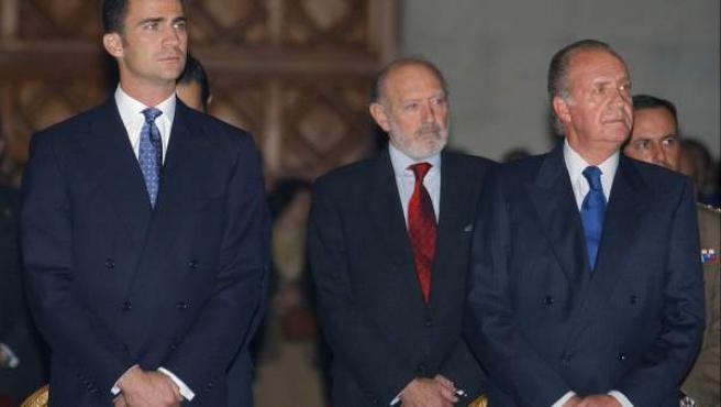 El ex jefe de la Casa del Rey, Alberto Aza (centro), junto al monarca y el Príncipe, en una imagen de archivo.
