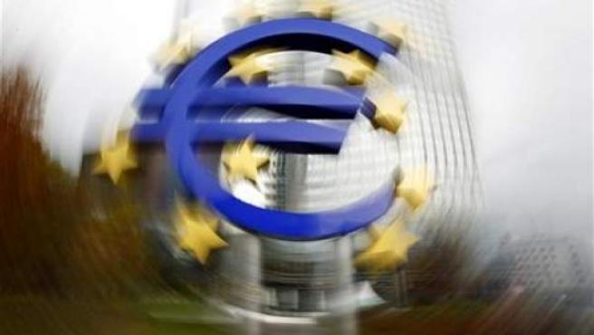 Un gran símbolo del euro frente a la sede del Banco Central Europeo en Francfort.