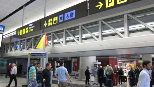 Turistas En El Aeropuerto De Málaga