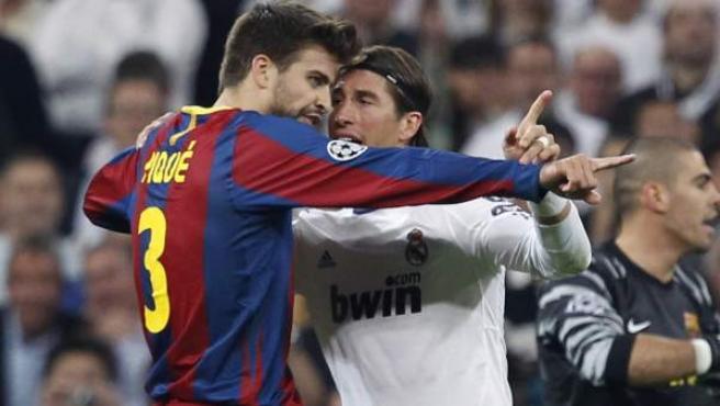 Sergio Ramos y Gerard Piqué, defensas de Real Madrid y Barcelona respectivamente, discuten durante uno de los clásicos.