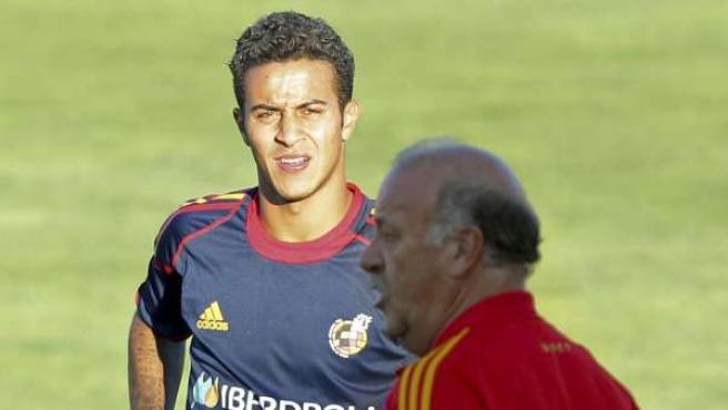 El seleccionador español, Vicente del Bosque (d), junto al centrocampista Thiago Alcántara.