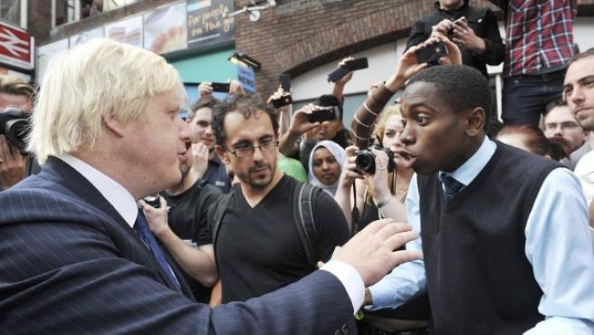El alcalde de Londres, Boris Johnson se enfrentó a un aluvión de críticas por parte de residentes enojados mientras recorría la devastación en Clapham.