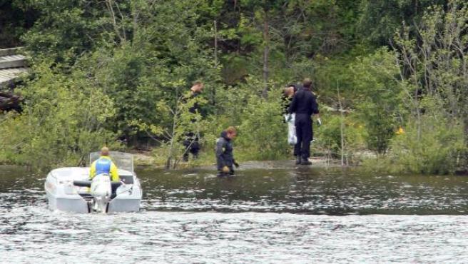 Efectivos de la Policía investigando en la isla de Utoya, Noruega.