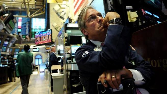 Un corredor de Bolsa observa el tablero electrónico en la Bolsa de Valores de Nueva York.