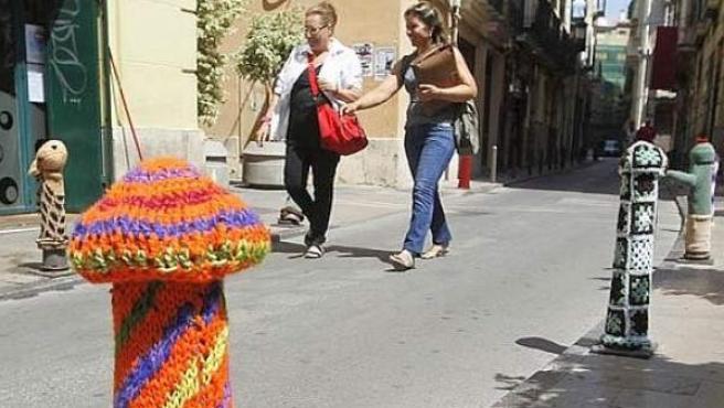 Algunos de los diez bolardos que aparecieron decorados con fundas de ganchillo en Valencia.