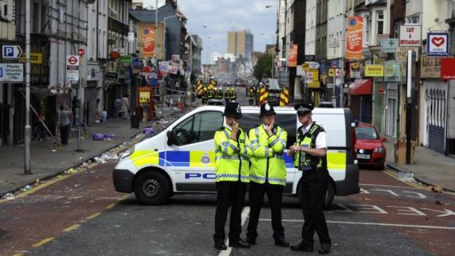 Policías británicos de servicio en Croydon, Londres, Reino Unido.