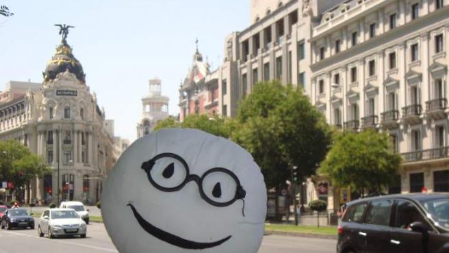 El muñeco Stabri posa con el edificio Metrópolis, durante su estancia en Madrid.