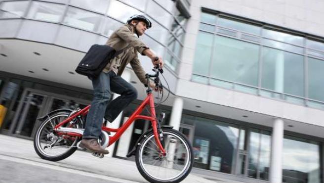 Un Hombre Monta Una Bicicleta Eléctrica