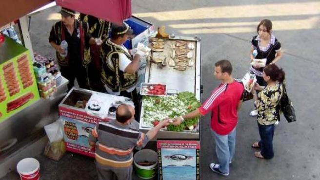 Vendedores ambulantes, en sus puestos de comida.