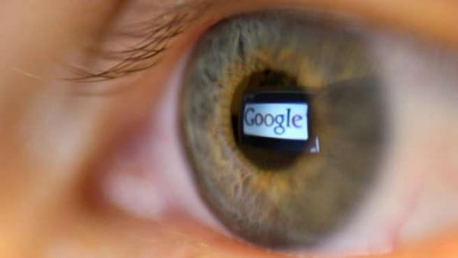 El logotipo de Google reflejado en un ojo.