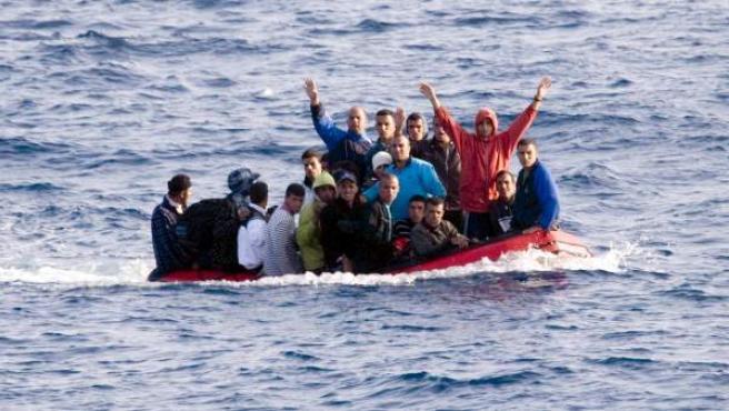 Una embarcación de inmigrantes trata de llegar a la costa, en una imagen de archivo.