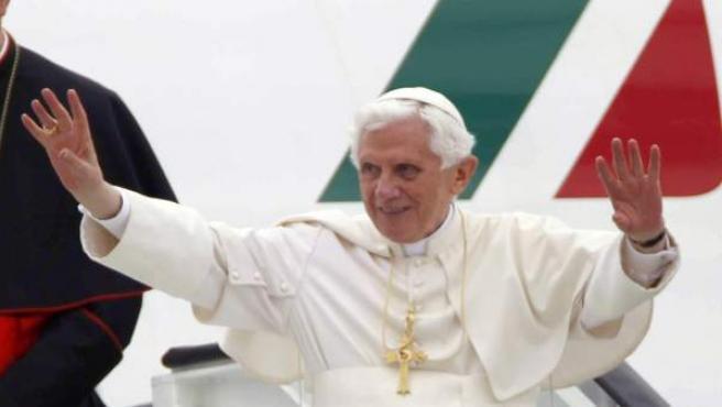 El papa Benedicto XVI saluda a su llegada al aeropuerto de Barajas en Madrid, donde presidirá la XXVI Jornada Mundial de la Juventud (JMJ) católica.
