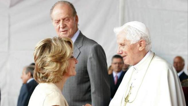 La presidenta de la Comunidad de Madrid, Esperanza Aguirre, saluda al papa Benedicto XVI en presencia del rey Juan Carlos.