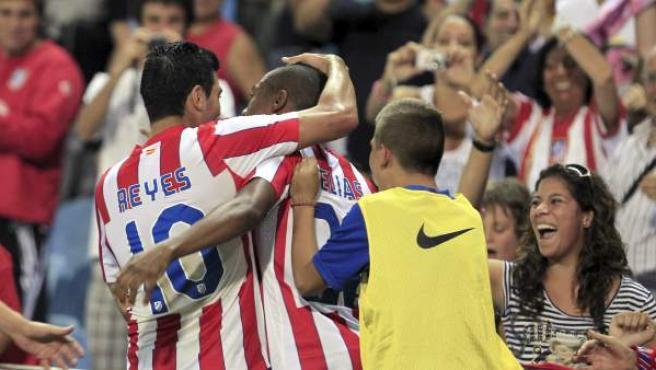 El jugador del Atlético de Madrid Reyes felicita al brasileño Elías tras marcar el primer gol ante el Vitoria Guimaraes.