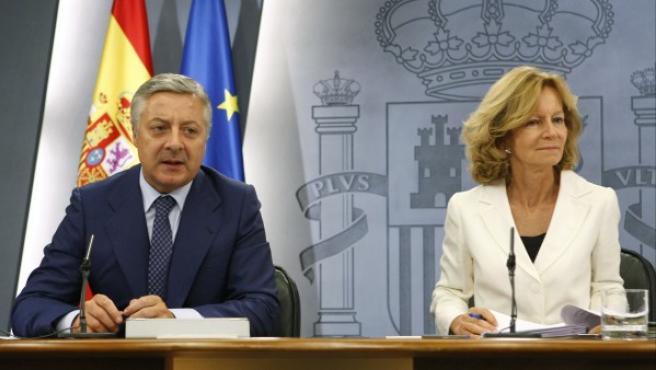 El portavoz del Gobierno, José Blanco, y la vicepresidenta de Asuntos Económicos, Elena Salgado, durante la rueda de prensa que han ofrecido en Madrid tras el Consejo de Ministros.