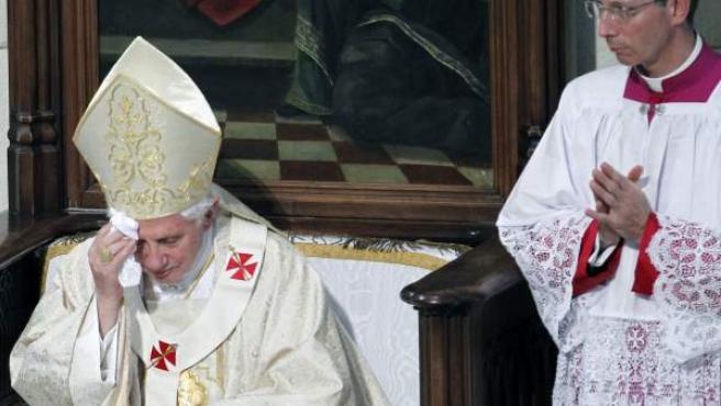 El papa Benedicto XVI se enjuga el sudor de la frente durante la concelebración de la misa para seminaristas en la catedral de La Almudena.