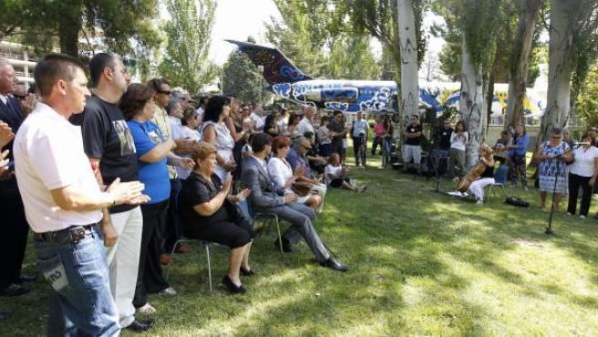 Familiares de víctimas del accidente del avión de Spanair en Barajas conmemorando uno de los aniversarios de la tragedia, en Madrid.