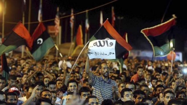 Una multitud celebra en la plaza Tahir de Trípoli (Libia) el avance rebelde para hacerse con la capital y derrocar el régimen de Gadafi.