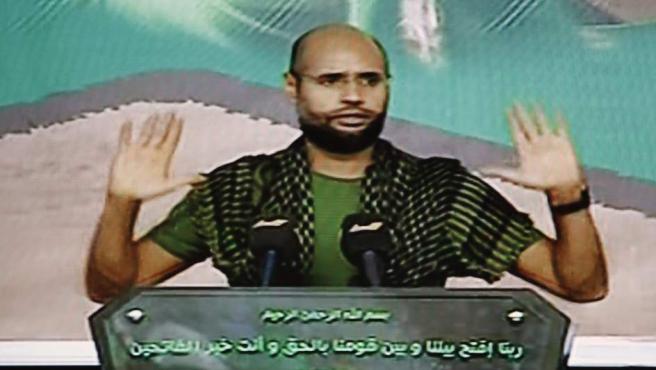 Captura de vídeo del canal de televisión Al Arabiya que muestra al hijo de Muamar Gadafi Seif el Islam durante un discurso ofrecido en una localización desconocida antes de ser capturado por los rebeldes.
