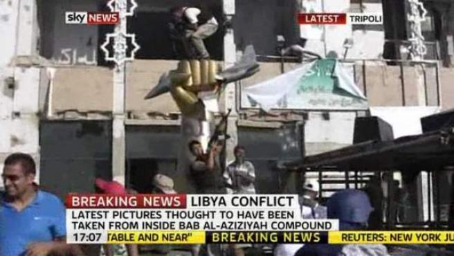 Los rebeldes celebran la toma del complejo de Bab Al-Aziziyah, donde se encuentra la casa de Gadafi.