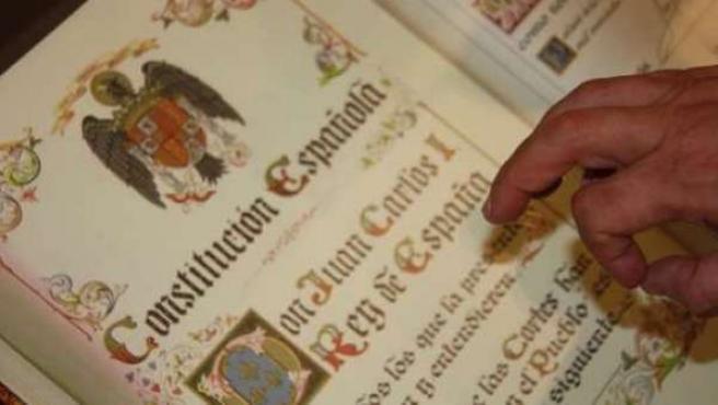 Imagen de un ejemplar de la Constitución española.