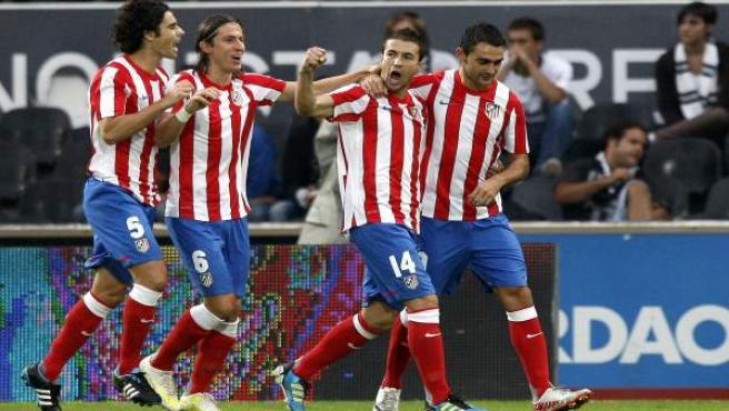 Gabi es felicitado por sus compañeros del Atlético tras marcar un gol.