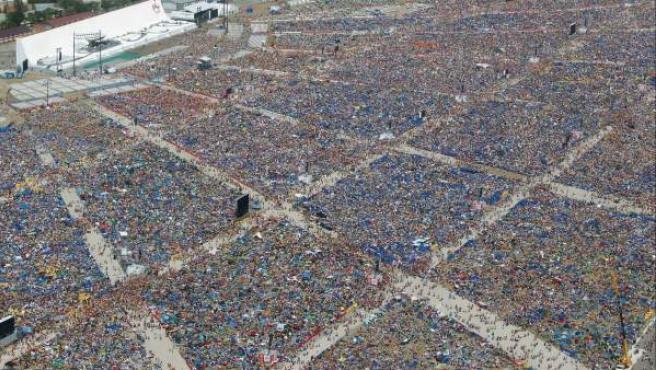 Vista aérea del aeródromo de Cuatro Vientos, donde miles de peregrinos acudieron a la clausura de la JMJ con Benedicto XVI.