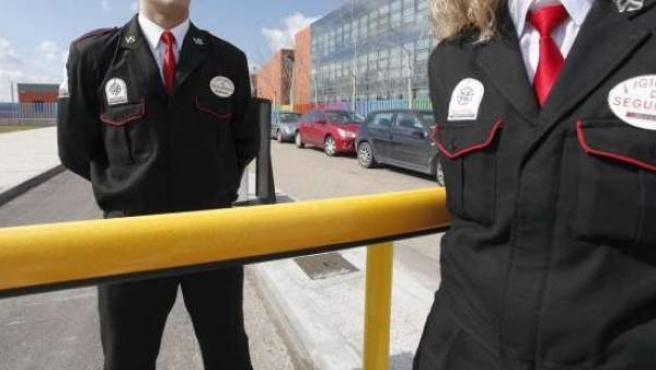 Vigilantes de seguridad.