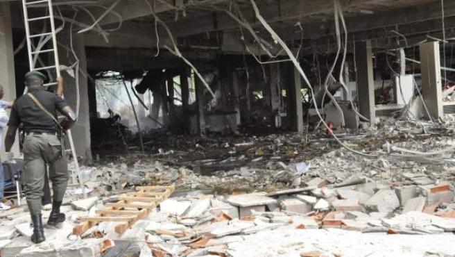 Algunos de los daños materiales tras el atentado con bomba contra la sede de la ONU en Abuya, la capital de Nigeria.
