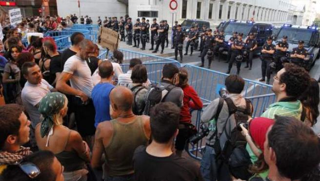 Un grupo de 'indignados' se manifiesta frente a un cordón policial ante el Congreso de los Diputados.
