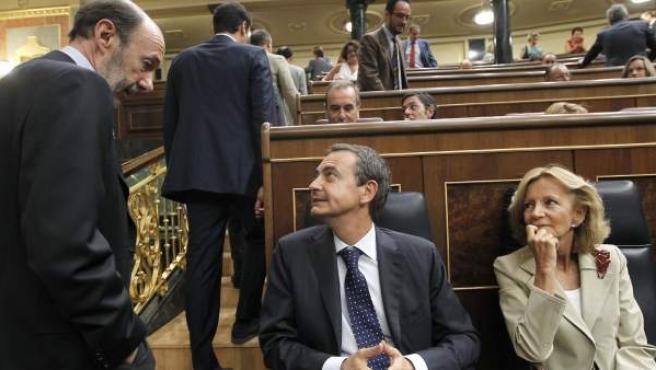 El presidente del Gobierno, José Luis Rodríguez Zapatero (c), junto a la vicepresidenta de Asuntos Económicos, Elena Salgado (d), conversa con el candidato del PSOE a la Presidencia del Gobierno, Alfredo Pérez Rubalcaba (i), al inicio de un pleno.