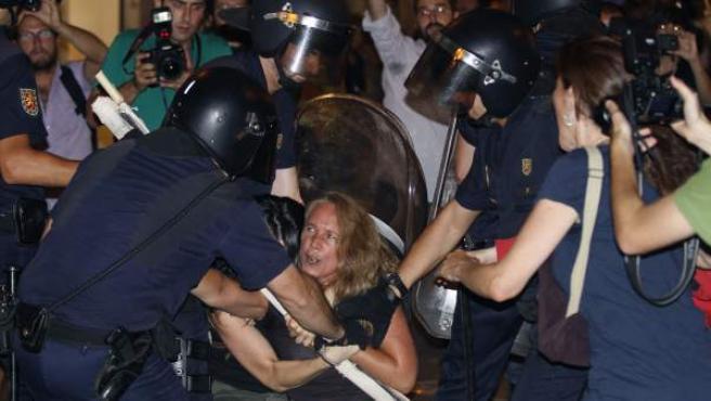 Carga policial en la Puerta del Sol, en Madrid, durante la manifestación convocada por la organización Europa Laica.