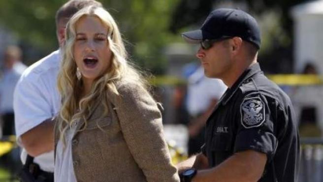 La actriz Daryl Hannah, en el momento de su detención frente a la Casa Blanca, en Washington (EE UU).