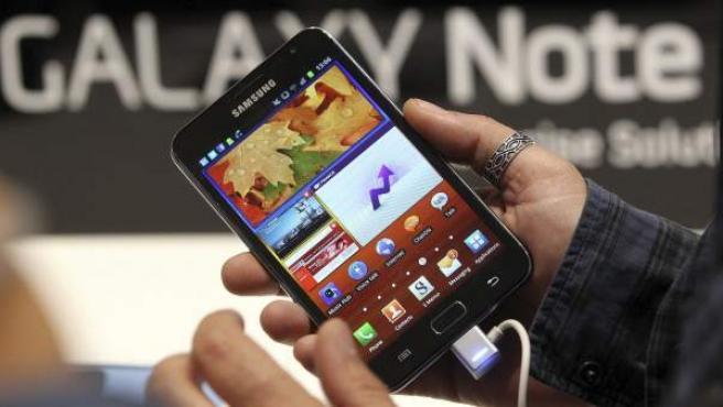 Un periodista prueba la nueva Samsung Galaxy Note durante una rueda de prensa de Samsung en la Feria de Productos Electrónicos y del Hogar (IFA) en Berlín.