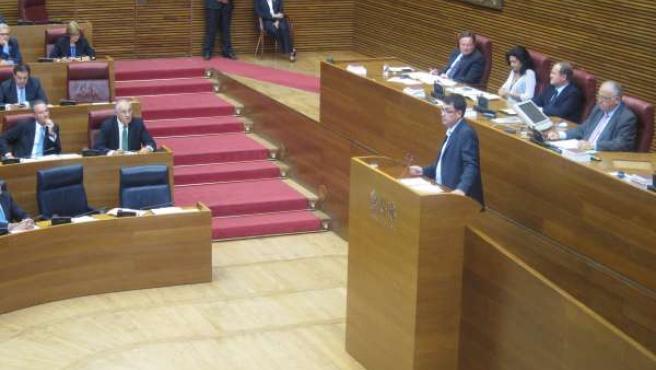 El Portavoz De Compromís, Enric Morera, En La Tribuna De Las Corts