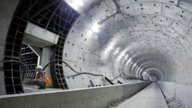 Un operario trabaja en la construcción de un tunel.