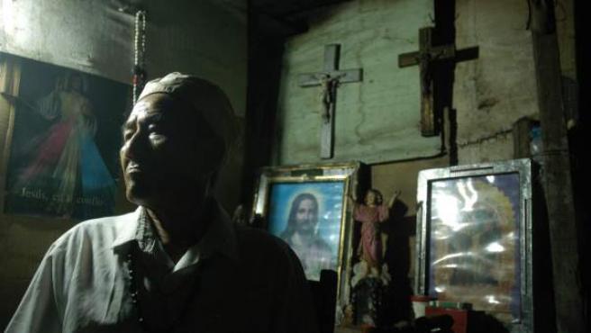 Fotografía de archivo del 14 de septiembre de 2007 de un curandero en la ciudad de Iquitos en la selva peruana.