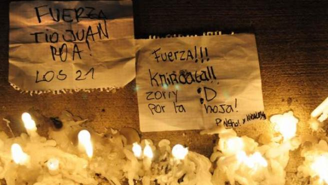 Vista de unos mensajes de apoyo y velas puestos durante una manifestación espontánea realizada tras hacerse público el accidente de un avión de la Fuerza Aérea de Chile.