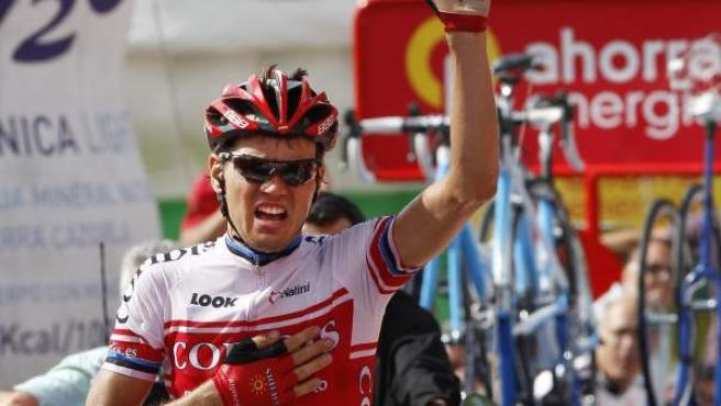 Rein Taaramae, ciclista estonio de Cofidis, celebra su victoria en lo alto de La Farrapona en la decimocuarta etapa de la Vuelta a España.