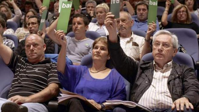 Miembros de Aralar, entre ellos su portavoz, Patxi Zabaleta (d), en la votación del preacuerdo para que su formación concurra a las elecciones generales junto a Bildu, EA y Alternatiba.
