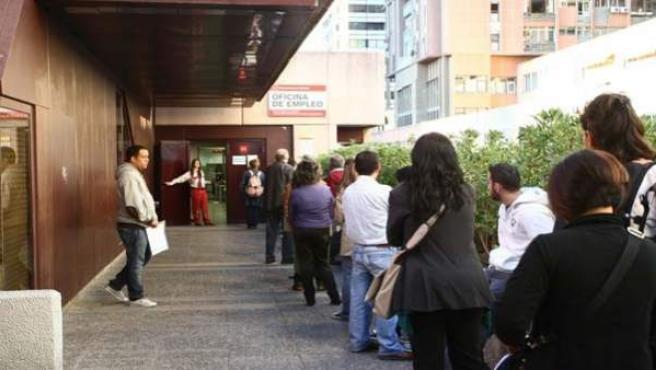 Un grupo de parados hace cola ante la oficina de empleo.