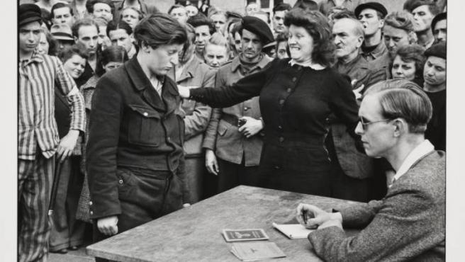 Una mujer que colaboraba con los nazis en un campo de concentración es sometida a escarnio público