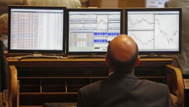 Un inversor sigue la evolución de las cotizaciones en los monitores dispuestos para ello en el parqué madrileño.