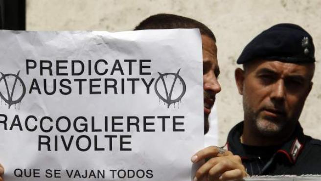 Una pancarta en la manifestación contra los recortes de Berlusconi.